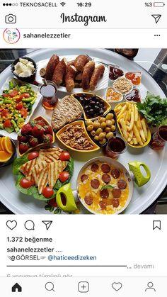 Breakfast Presentation, Food Presentation, Breakfast Platter, Breakfast Buffet, Brunch, Afghan Food Recipes, Morrocan Food, Turkish Breakfast, Veg Dishes