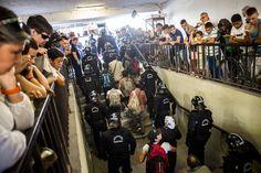 Die Flüchtlinge, die in den Zügen blieben, wurden von der Polizei in Busse gebracht.