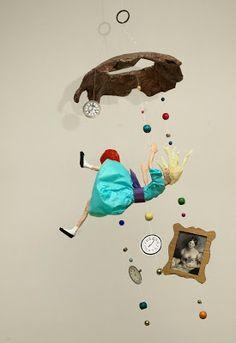 """El Taller de Pepa: UN MÓVIL INSPIRADO EN """"ALICIA EN EL PAÍS DE LAS MARAVILLAS"""" Creative Crafts, Creative Art, Diy And Crafts, Arts And Crafts, Alice In Wonderland Props, Wonderland Party, Paper Mache Crafts, Found Art, The Little Prince"""