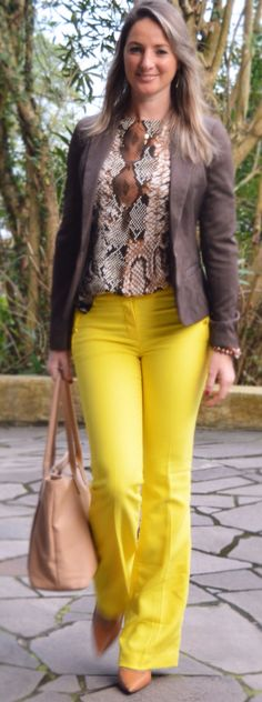 Look de trabalho - look do dia - moda corporativa - calça amarela - calça flare - yellow pants- animal print - Blazer marrom