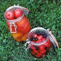 Sokeriliemeen säilöttyjä marjoja ja hedelmiä