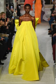 Spring 2019 Couture Yellow is my favorite! Valentino Spring 2019 haute couture show during Paris Fashion Week. Source: Yellow is my favorite! Valentino Spring 2019 haute couture show during Paris Fashion Week. Haute Couture Gowns, Valentino Couture, Couture Week, Haute Couture Fashion, Couture Dresses, Fashion Dresses, Spring Couture, Valentino Designer, Juicy Couture