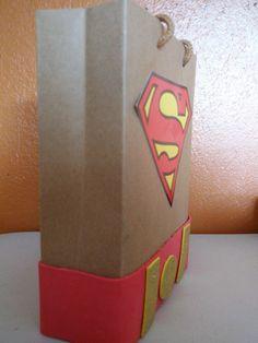 bolsita de Superman para fiestas infantiles.  lleva una caja de carton diceños hechos en fon con colores alegres y estiquer de superman o ha gusto de la persona.. espero les guste..  parte de lado de la bolsa superman.