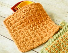 Free textured dishcloth pattern ... give your kitchen a boost of sunshine with a stack of these dishcloths! #crochet