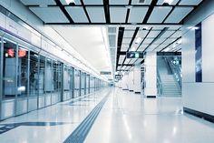 HONG KONG Hong Kong es la ciudad ultramoderna, siempre atenta a las necesidades de sus aproximadamente 7 millones de habitantes y con un ojo en el futuro. El carácter contemporáneo de la ciudad se refleja en la construcción y la gestión de la línea de metro urbano. Diseño minimalista, vocación tecnológica y equipamiento digital ultramoderno. La de Hong Kong es la red de metro con menos retrasos del mundo. ¡Organización asiática!