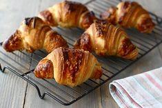 Cornuri cu nutella din aluat foietaj dospit, un fel de croissante cu nutella Croissant, Nutella, Yummy Treats, Gem, Muffin, Pork, Gluten, Sweets, Bread