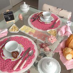 Mesa para conscientização do Outubro Rosa! Será que gostei desse tema? @ renatha_91 Place Settings, Table Settings, Table Setting Design, Kids Dishes, Crochet Placemats, Dining Decor, Dinner Sets, Crochet Home, Pink Christmas