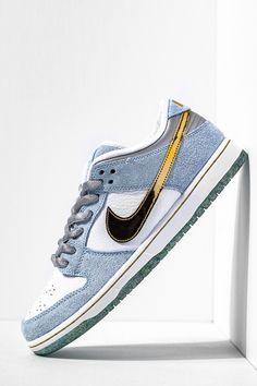 Moda Sneakers, Men's High Top Sneakers, Nike Sb Dunk, Nike Gold, Mens High Tops, Nike Dunks, Jordan, Blue Suede, Sneakers Fashion