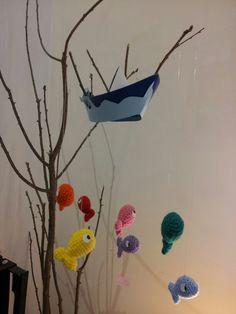 Giostrina composta da 7 pesciolini lavorati a crochet... con i colori dell'arcobaleno e barchetta di catroncino ;)