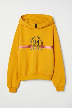 H&M Printed Hooded Sweatshirt - Yellow Hoodie Sweatshirts, Pullover Mode, California Outfits, Evolution T Shirt, Yellow Hoodie, School Girl Outfit, Sweater Fashion, Shirt Outfit, Casual