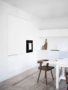 Beautiful scandinavian design by Norm Architects. A white kitchen with pastel colors and natural elements. Interior inspiration for your own kitchen. Kitchen Interior Inspiration, White Kitchen Interior, Interior Design Kitchen, Wc Decoration, Pastel Kitchen, Studio Kitchen, Elegant Kitchens, Elle Decor, Home And Living