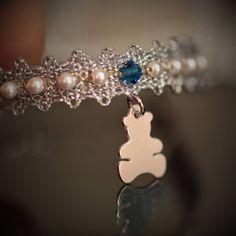 Heart of Lace macht diese wunderschönen und exklusiven Taufbändchen für ein ganz besonderes Geschenk... Swarovski, Lace Jewelry, Charmed, Heart, Bracelets, Fashion, Velvet, Special Gifts, Handmade