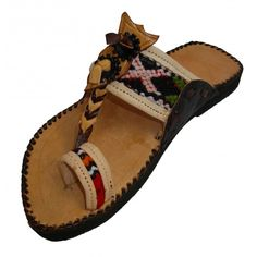 Moroccan leather sandal with a round and open toe for men and women. Behind its ethnic and distinguished image thanks to this berber touch with a woven wool as a decorative motif, these sandals are very comfortable. Handmade in a family workshop using a sheep leather with a natural tanning.So easy to wear, they go with everything. We're sure that you'll love them!