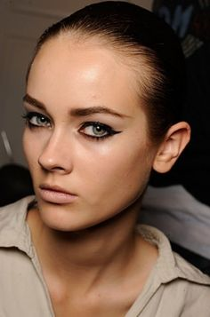 The winged eyeliner trend has made a huge comeback due to its fabulous look so learn how to create a winged eyeliner makeup so you can look stylish, trendy and flawless every time you step out the door. Eyeliner Styles, No Eyeliner Makeup, Kiss Makeup, Winged Eyeliner, Hair Makeup, Beauty Skin, Hair Beauty, Pale Face, Perfect Cat Eye