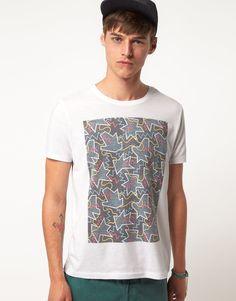 T-shirt imprimé par ASOS en jersey doux de coton mélangé. Coupe classique. Modèle ras du cou à manches courtes avec un imprimé graphique encadré sur un fond de couleur contrastante. Cette t-shirt imprimé par ASOS porté avec un chapeau .