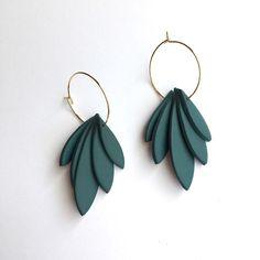 Polymer Clay Earrings, Diy Earrings, Leather Earrings, Hoop Earrings, Cute Jewelry, Jewelry Crafts, Clay Design, Macrame Jewelry, Diy Clay