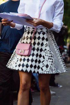 Estampados geométricos y bolso rosa Hermes