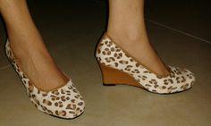 Zapatos en cuero estampado Animal Print, tacón playa forrado en cuero pigmentado color miel.