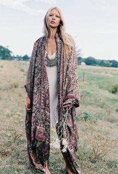 15 Amazing Ways To Wear Boho Kimonos Kimono 👘 Boho Gypsy, Hippie Boho, Gypsy Chic, Gypsy Decor, Bohemian Summer, Style Hippie Chic, Gypsy Style, Boho Kimono, Boho Dress