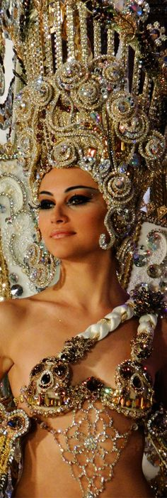 Santa Cruz de Tenerife, Carnival Queen Headpiece is simply beautiful Mardi Gras, Rio Carnival, Carnival Costumes, Le Crazy Horse, Showgirl Costume, Beauty And Fashion, Showgirls, Headdress, Burlesque