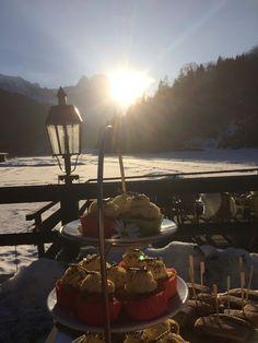 Hochzeitsempfang mit Cupcakes, Winterhochzeit in den Bergen am Riessersee Hotel Garmisch-Partenkirchen in Bayern, Kupfer, Dunkelrot, Hellblau, Grau, Winter wedding abroad Bavaria in copper, ruby red, light blue
