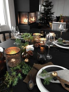 weihnachtsdeko Kitchen installation: things to consider. Christmas Dining Table, Christmas Table Settings, Holiday Tables, Nordic Christmas Decorations, New Years Decorations, Natural Christmas, Beautiful Christmas, White Table Settings, Setting Table