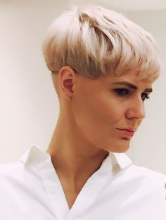 Vidal Sassoon platinum blonde bowl cut - Another! Short Wedge Haircut, Short Wedge Hairstyles, Short Pixie Haircuts, Short Hair Cuts, Cool Hairstyles, Short Hair Styles, Bowl Cut Hair, Bowl Haircuts, Shaved Nape