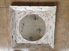 Precioso marco ovalado en blanco roto con un espejo envejecido artesanalmente. http://www.kinomarcosmolduras.com/producto/34/espejos-envejecidos