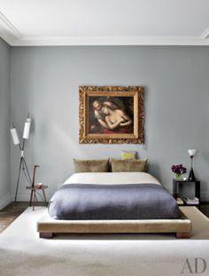 Grijsblauwe muur bij bruine vloer
