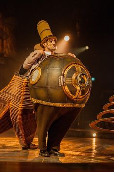 Un evocativo costume realizzato appositamente per gli artisti del Cirque du Soleil. Scenari, make-up, musiche, luci, costumi, tutto contribuisce a fare degli spettacoli del Cirque un vero e proprio viaggio nella magia. #cult #circo #cultura #spettacolo #CultStories