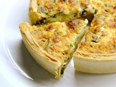 Cheesy Spinach and Bacon Quiche. This easy cheesy spinach quiche can be made ahead of time and reheated for later and is a crowd pleaser. A cheesy spinach and bacon quiche is a great way to share a great meal with good friends. Bisquick Recipes, Quiche Recipes, Crab Recipes, Easy Recipes, Leek Recipes, Salmon Recipes, Healthy Recipes, Bacon Quiche, Cheese Quiche