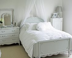 total white bedroom! http://blog.pianetadonna.it/anomaj/furnish-the-bedroom-with-white/