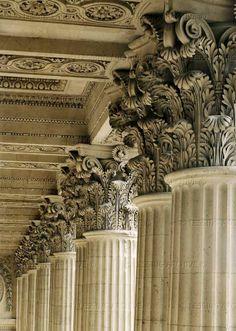 Colonnade by Claude Perrault,Corinthian capitals. (c) Photograph by Erich Lessing - от Musée du Louvre.