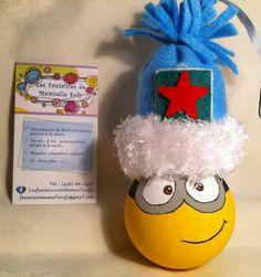 modèle: Minions (ampoule ronde)  Décoration de Noël réalisée à partir d'objets recyclés Pour commander: https://www.facebook.com/LesFantaisiesdeMamzelleSofy