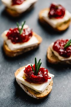 party appetizers These cranberry brie bites are an easy, fun, and gorgeous cocktail party appetizer, and your guests will love them! Brie and cranberries are natural companions, and t Canapes Recipes, Appetizer Recipes, Snack Recipes, Canapes Ideas, Easy Canapes, Brie Bites, Party Snacks, Appetizers For Party, One Bite Appetizers