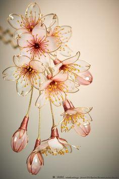 今年も無事桜が開花しました。例年より透明度が高い、朧な染井吉野です。わたしは田舎出身なので花見の場所取りなど縁が無く桜雲の下、ぼ〜っとひとり佇むことがよく...