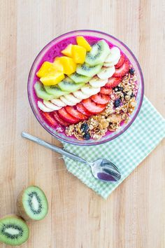 Dragon Fruit Smoothie Bowl + The NuNatural Giveaway Winners!  |  Keepin' It Kind