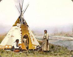 Esta fotografía muestra a Onetsa, Nitana, y a su hija Yellow Mink, parte de la nación Siksika en el sur de Alberta, Canadá, alrededor de la década de 1900.