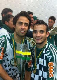 Pelo Instagram, Maikon Leite postou foto ao lado de Valdivia com a taça da Copa do Brasil