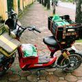 """Cô gái Hà Nội nấu """"cơm xe ôm 15k"""" cho tài xế GrabBike ship tận tay bằng xe đạp điện mỗi buổi trưa"""