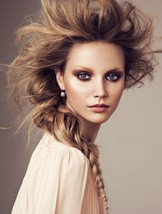 Strong smokey eye in earthy tones.