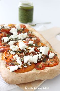 Tomatenpizza mit Feta und Pesto...
