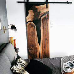 Drzwi przesuwne do garderoby zrobione z czarnej żywicy epoksydowej i orzecha. Piękne połączenie żywicy epoksydowej i drewna dodaje sypialni przytulnosci i elegancji. Nowoczesna sypialnia w skandynawskim stylu Home, Ad Home, Homes, Haus, Houses