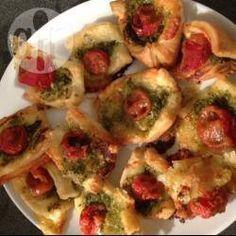Blätterteig Fingerfood gefüllt mit Pesto, Tomate und Mozzarella @ de.allrecipes.com