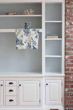 Verf - kaste The Pursuit of Style: Benjamin Moore Yarmouth Blue Brick Wallpaper Bedroom, White Brick Wallpaper, Living Room Red, Living Room With Fireplace, Painted Bookshelves, Bookcases, Interior Paint Colors, Paint Colours, Built In Cabinets