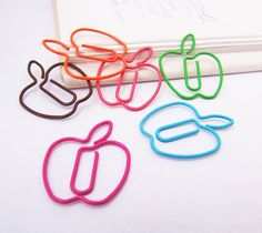 Colorful Apple Paper Clips by SilvermintSupplies on Etsy Paperclip Crafts, Wire Crafts, Paper Crafts, Wire Bookmarks, Paper Clip Art, Daily Papers, Wire Art, Bookbinding, Sticky Notes