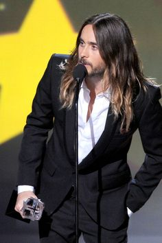"""SANTA MONICA, CA - JANUARY 16: Actor Jared Leto accepts the Best Supporting Actor award for """"Dallas Buyers Club"""" onstage during the 19th Annual Critics' Choice Movie Awards at Barker Hangar on January 16, 2014 in Santa Monica, California. (Photo by Kevin Winter/Getty Images)"""