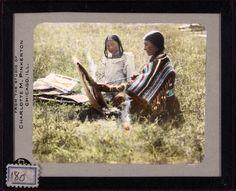 Женщина и девушка, сидящие на траве, Сиксика, 1936 год.