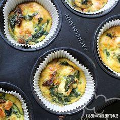 Low Carb Rezept für leckere Spinat-Feta-Frittatas. Wenig Kohlenhydrate und einfach zum Nachkochen. Super für Diät/zum Abnehmen.