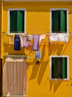 Giallo e verde - Burano Italy Vacation, Italy Travel, Plakat Design, Italy Holidays, Clothes Line, Mellow Yellow, Oeuvre D'art, Windows And Doors, Architecture